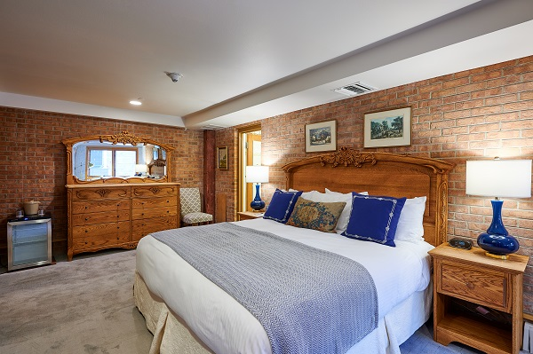 Mountain Chalet Aspen Large Room Bed